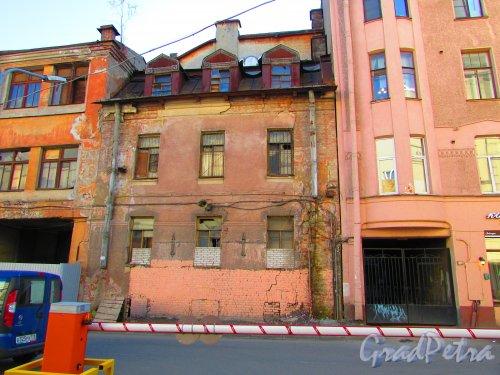 Малая Разночинная улица, дом 20 (Пионерская улица, дом 33, литера Б). Общий вид фасада здания. Фото 1 мая 2016 года.