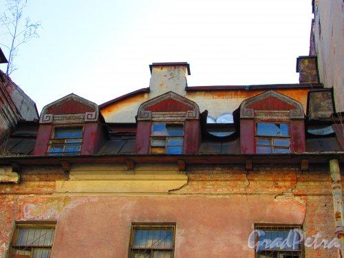 Малая Разночинная улица, дом 20 (Пионерская улица, дом 33, литера Б). Верхние этажи и мансарда. Фото 1 мая 2016 года.