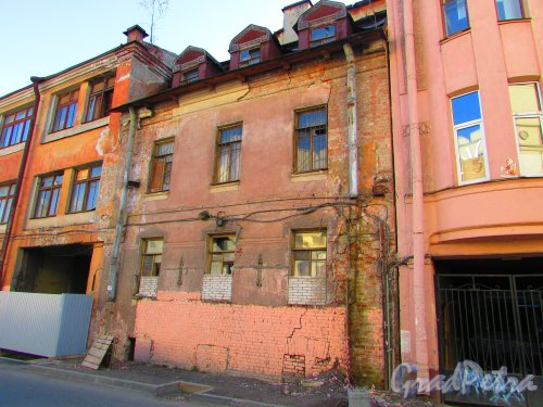 Малая Разночинная улица, дом 20 (Пионерская улица, дом 33, литера Б). Фасад здания. Фото 1 мая 2016 года.