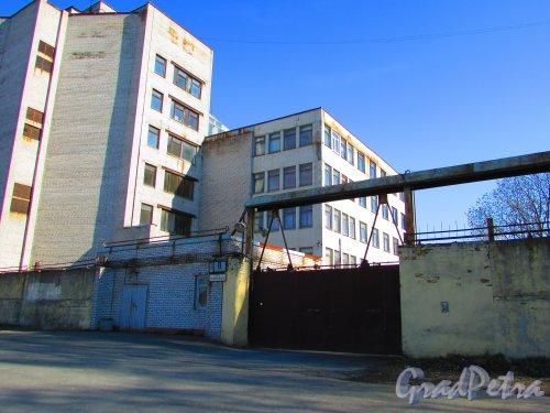 улица Одоевского, дом 8. Главный корпус, КПП и табличка с номером здания. Фото 1 мая 2016 года.
