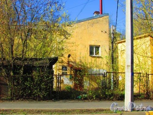 улица Одоевского, дом 23, корпус 2, литера Б. Торец дворового флигеля и табличка с номером здания. Фото 1 мая 2016 года.