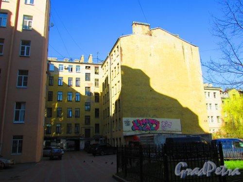 Ропшинская улица, дом 24, литера А. Дворовый фасад здания. Вид с Большой Разночинной улицы. Фото 1 мая 2016 года.