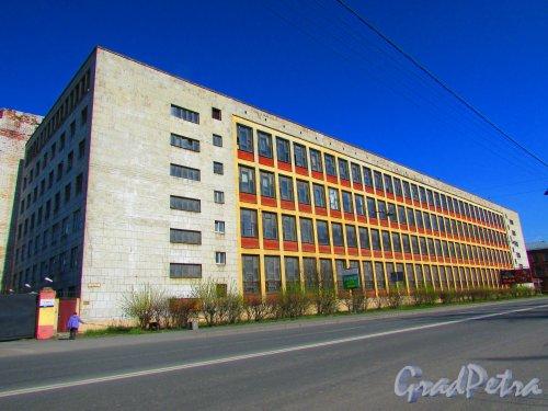 Уральская улица, дом 1, литера А. Общий вид корпуса. Фото 1 мая 2016 года.