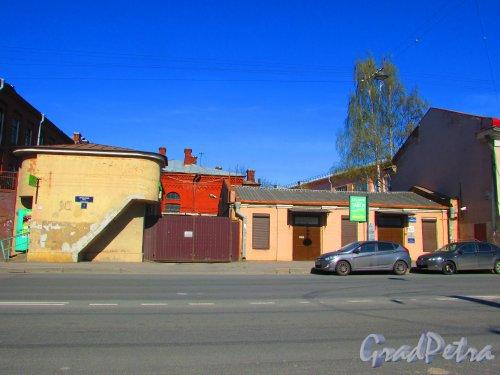 Уральская улица, дом 1, корпус 2, литера Д  (Слева) и литера Б (справа). Фото 1 мая 2016 года.