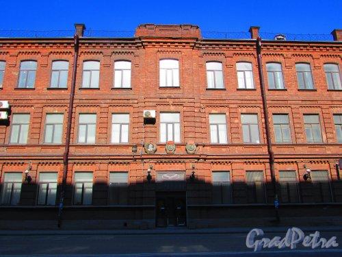 Уральская улица, дом 1, литера В. Центральная часть фасада здания. Фото 1 мая 2016 года.