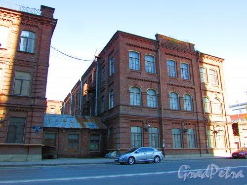 Уральская улица, дом 1, литера В. Правая часть фасада здания. Фото 1 мая 2016 года.