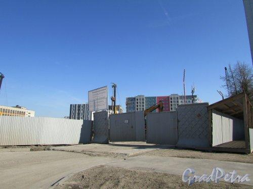 Уральская улица, дом 4, литера А. Въезд на строительную площадку. Фото 1 мая 2016 года.