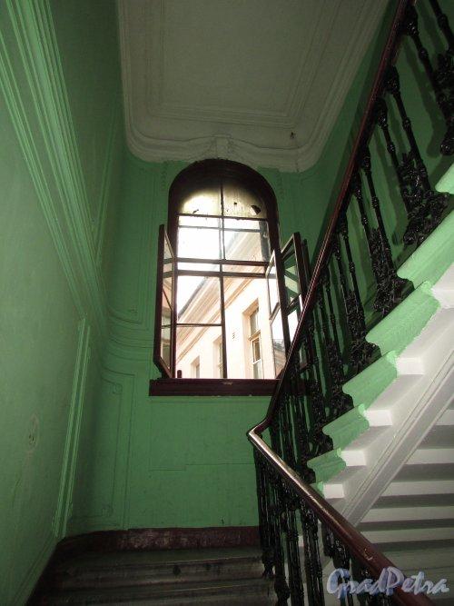 Гороховая улица, дом 79. Лестница 1. Лестничная площадка и арочное окно во двор на последнем этаже.Фото 17 октября 2018 года.