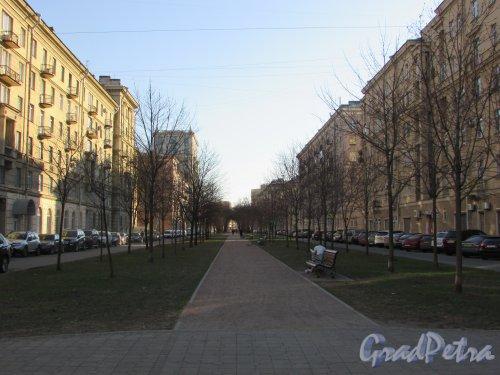 Перспектива улицы Победы от площади Братьев Стругацких к Варшавской улице. Фото 21 апреля 2019 года.