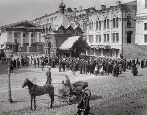 Чacoвня Xpucma Cпacumeля Гуcлuцкoгo Cпaco-Пpeoбpaжeнcкoгo мoнacmыpя у Большого Гостиного Двора. Фото начала XIX века.
