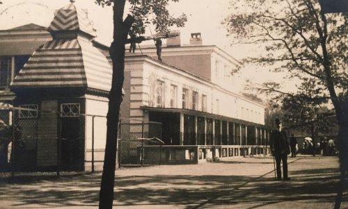Александровский парк , дом 1. «Зоологический сад. Отделение хищных и домик копытных. 1913 год»
