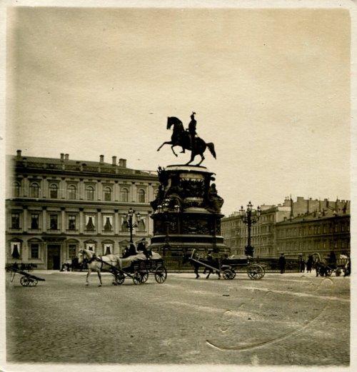 Большая Морская улица, дом 42. Фасад со стороны Исаакиевской площади. «Памятник Николаю I». Фото начала XIX века.