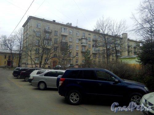 Улица Ткачей, дом 17, литер А. 5-этажный жилой дом серии 1-405 1958 года постройки. 4 парадные, 59 квартир. Фото 25.04.2019 года.