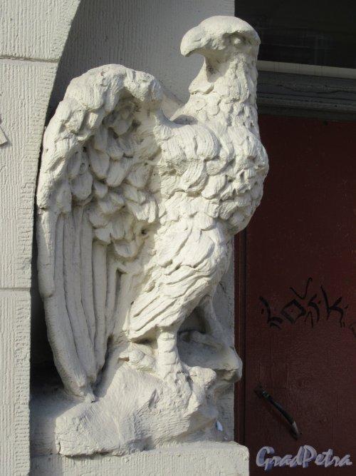 Ул. Куйбышева, д. 36. Фигура орла у подъезда. фото март 2018 г.
