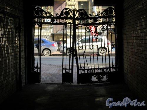 Гагаринская ул., д. 5. Особняк Столыпиных. Въездные ворота вид изнутри. фото апрель 2018 г.