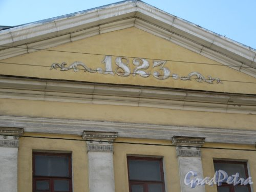 Здание Третьей гимназии (Школа № 181). Картуш с датой основания на уличном фронтоне