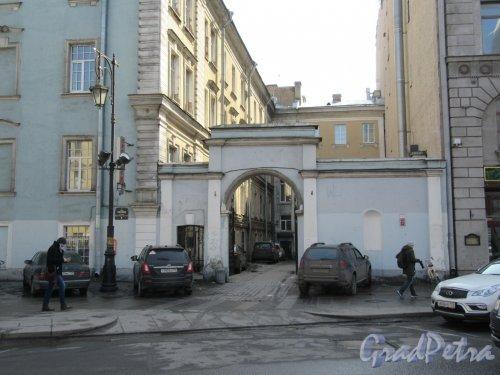 Пестеля ул., д. 9. Ворота-арка для проезда транспорта к зданию Третьего отделения, 1850-е, архитектор П. С. Садовников. фото апрель 2018 г.