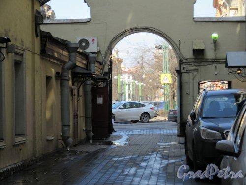 Пестеля ул., д. 9. Ворота-арка для проезда транспорта к зданию Третьего отделения. Вид со стороны двора. фото апрель 2018 г.