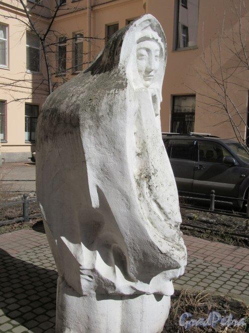 Тверская ул., д. 20. Садовая скульптура «Женщина-мыслитель», Установлена в 2000 г. Вид сбоку. Фото апрель 2018 г.