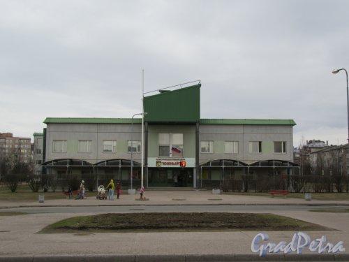 Московская ул. (мкр. Южный), д. 6. Культурно-досуговый центр «Южный», 1995. Общий вид фасада. фото апрель 2018 г.