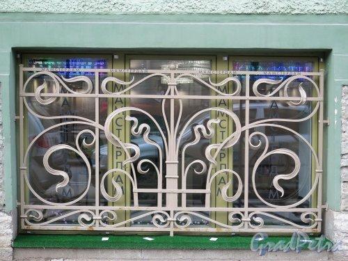 Фурштатская ул., д. 28. Доходный дом М. Е. Зенкевич. Решетка на окнах первого этажа. фото апрель 2018 г.