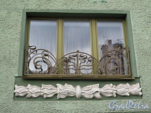 Фурштатская ул., д. 28. Доходный дом М. Е. Зенкевич. Решетка на окнах второго этажа. фото апрель 2018 г.