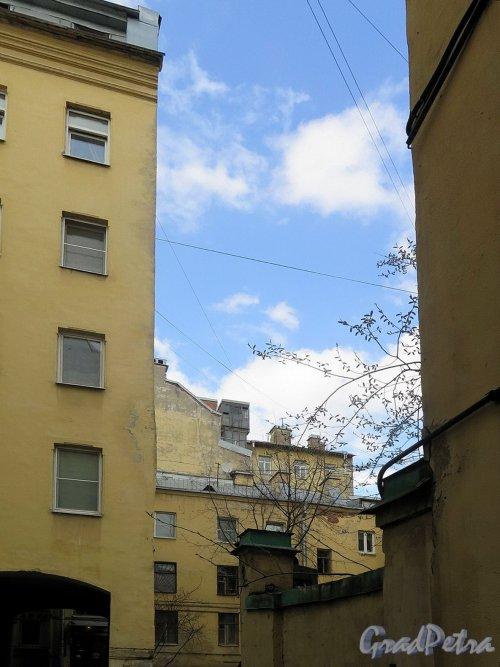 Фурштатская ул., д. 28. Доходный дом М. Е. Зенкевич. Двор. Вид окружающей застройки. фото апрель 2018 г.