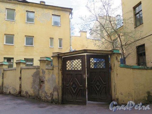 Фурштатская ул., д. 28. Доходный дом М. Е. Зенкевич. Стенка во дворе. фото апрель 2018 г.