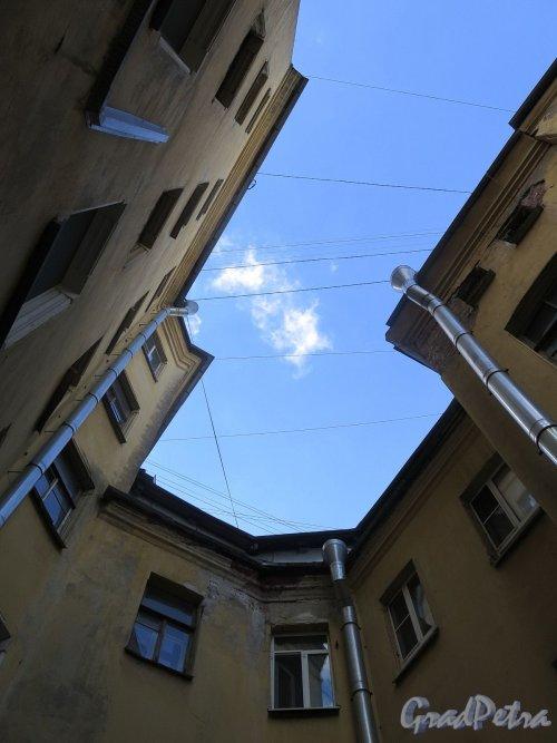 Фурштатская ул., д. 28. Доходный дом М. Е. Зенкевич. Вид неба во дворе. фото апрель 2018 г.