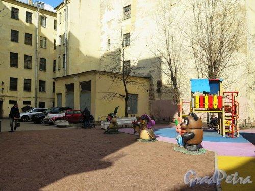 Захарьевская ул., дом 9. «Мультяшный двор». Общий вид площадки. фото апрель 2018 г.