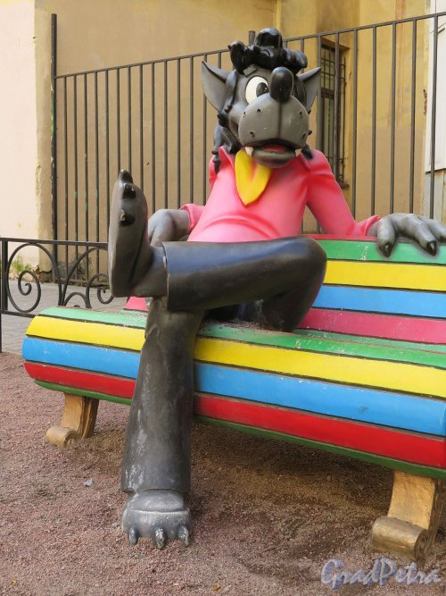 Захарьевская ул., дом 9. «Мультяшный двор». Волк из «Ну, погоди». фото апрель 2018 г.