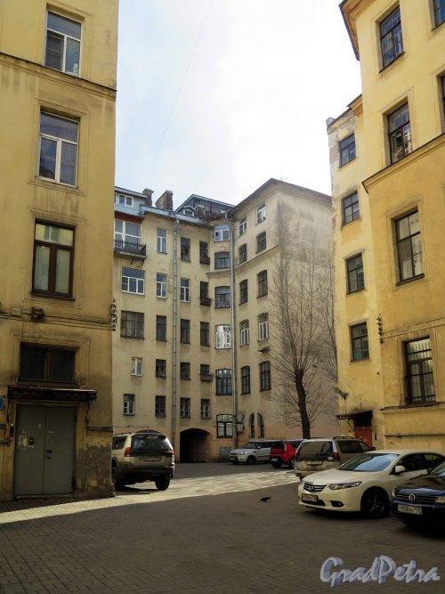 Захарьевская ул., дом 9. Доходный дом. Дворовый фасад. Вид из Мультяшного двора. фото апрель 2018 г.