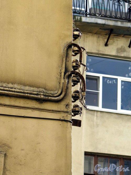 Чайковского ул., д. 22. Дворовый флигель разводка электропроводки на повороте. фото апрель 2018 г.