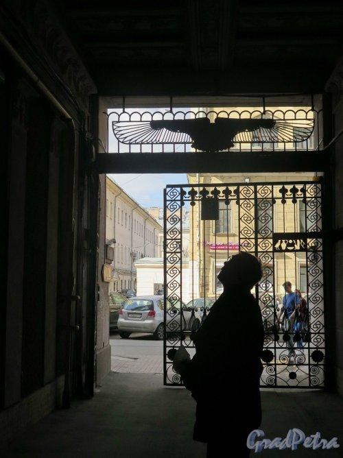 Захарьевская ул., д. 23. Доходный дом Л. И. Нежинской. Въездные ворота со стороны двора. фото апрель 2018 г.