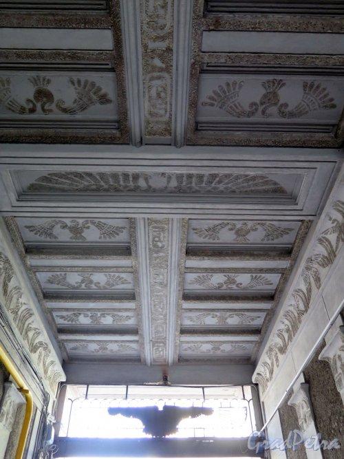 Захарьевская ул., д. 23. Оформление потолка подворотни «Египетского дома». фото апрель 2018 г.