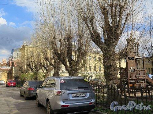 Захарьевская ул., д. 14. Двор. Общий вид. фото апрель 2018 г.