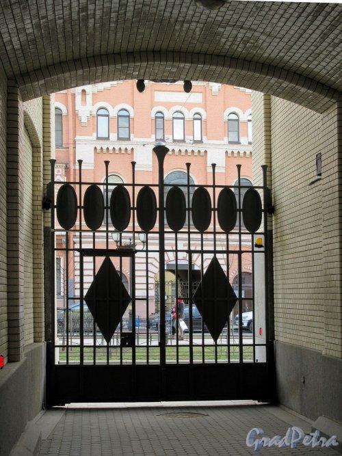 Фурштатская ул., д. 24. Особняк В. С. Кочубея. Въездные ворота со стороны двора. фото апрель 2018 г.