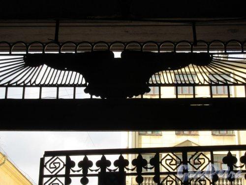 Захарьевская ул., д. 23. Доходный дом Л. И. Нежинской. Навершие ворот «Египетского дома». Вид со двора. фото апрель 2018 г.