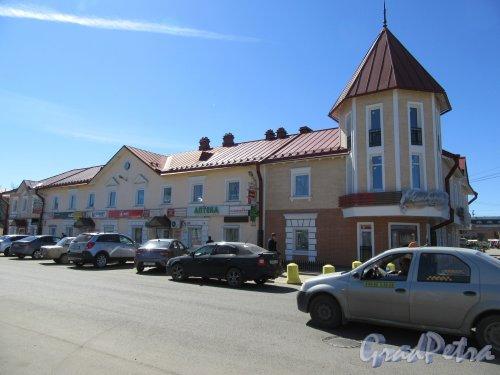 Вокзальная ул. (Тосно), д. 16. Торговый комплекс, 2010-е. Общий вид здания. фото май 2018 г.