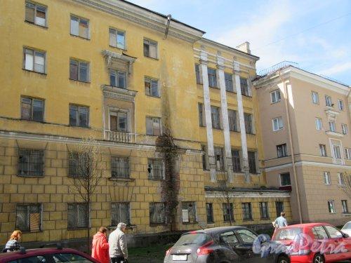 Большая Монетная улица, дом 19а, литера А. Жилой дом служащих ЛАТУЗА, 1938, 1950-е. Часть уличного фасада с повреждениями. фото май 2018 г.