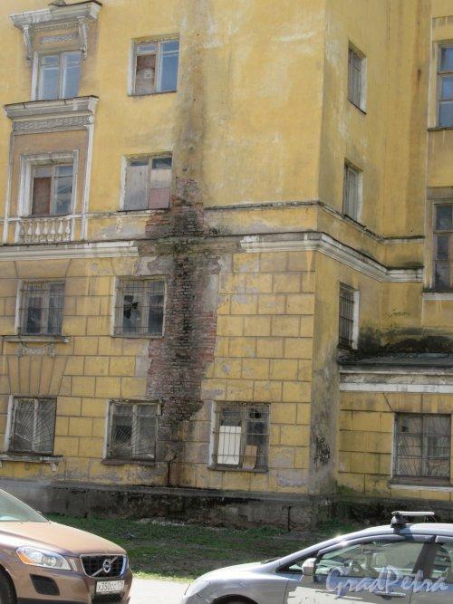 Большая Монетная улица, дом 19а, литера А. Жилой дом служащих ЛАТУЗА, 1938, 1950-е. Поврежденная часть уличного фасада. фото май 2018 г.