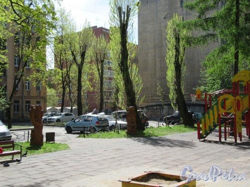 Бол. Монетная ул., д. 31-33. Детская площадка во дворе. фото май 2918 г.