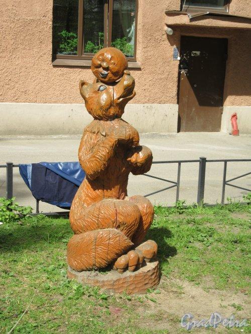 Бол. Монетная ул., д. 31-33. Деревянная фигура Лиса и Колобок на детской площадке во дворе. фото май 2918 г.