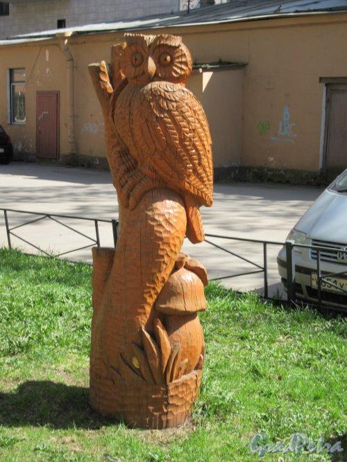 Бол. Монетная ул., д. 31-33. Деревянная фигура Филин на детской площадке во дворе. фото май 2918 г.