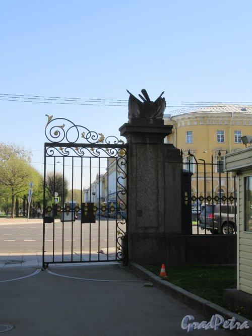 Миллионная ул., д. 5. Мраморный Дворец. Пилон въездных ворот с Миллионной ул. фото май 2018 г.