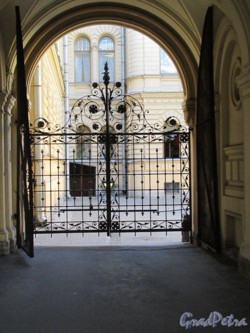 Миллионная ул., д. 27 / Дворцовая наб., д. 26. Ворота арки из двора Кабинета ко двору Дворца. фото май 2018 г.