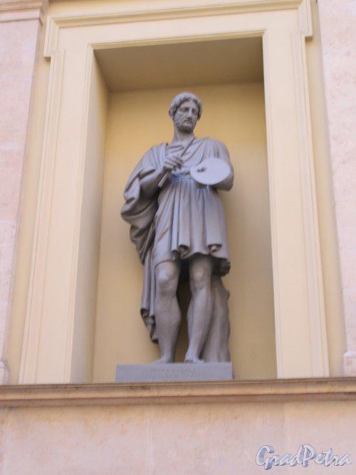 Миллионная ул., д. 35. Здание Нового Эрмитажа. «Тициан». Статуя в нише фасада со стороны Шуваловского проезда. фото май 2018 г.