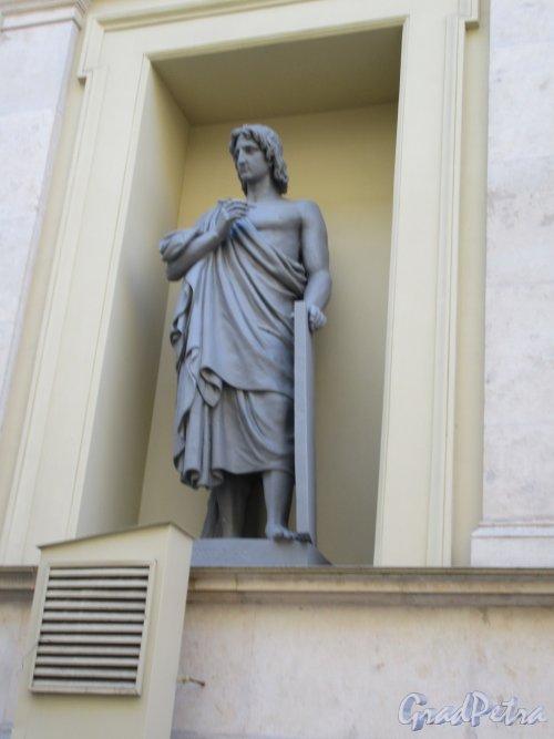 Миллионная ул., д. 35. Здание Нового Эрмитажа. «Апелес». Статуя в нише фасада со стороны Шуваловского проезда. фото май 2018 г.