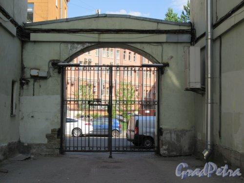 Конная ул., д. 3 / 4. Дом Старо-Александровского рынка. Въездные ворота с Конной ул. фото май 2018 г.
