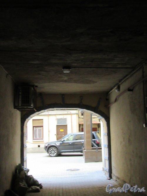 Ул. Жуковского, д. 7-9. Доходный дом В. П. Брискорна. Дворовая арка. Вид со двора. фото май 2018 г.
